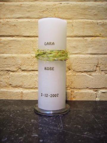 witte ronde huwelijkskaars met groene sierband