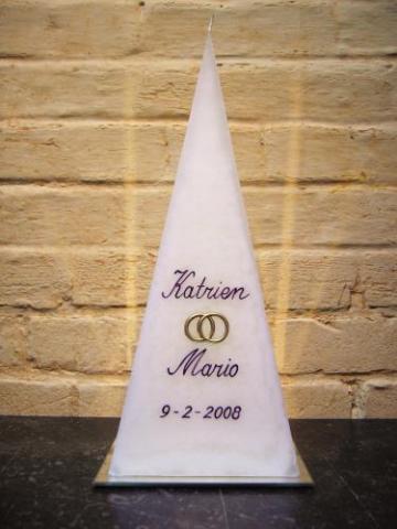 huwelijkskaars in piramidevorm met handgeschreven letters
